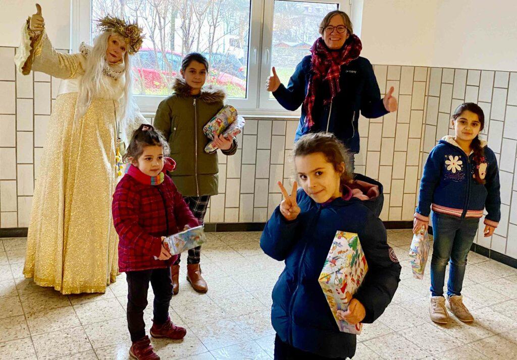 Helga1 1024x714 - Schneekönigin verteilt Weihnachtsgeschenke von Aktion Kindertraum an Flüchtlingskinder
