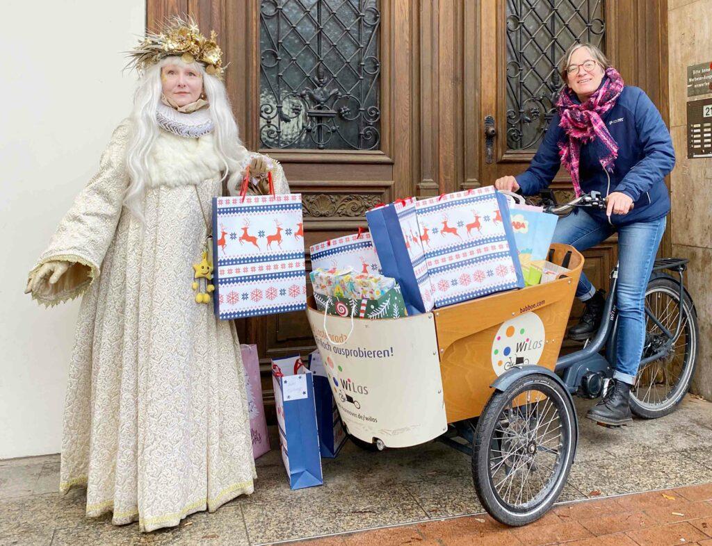 Schneekoenigin 1024x786 - Schneekönigin verteilt Weihnachtsgeschenke von Aktion Kindertraum an Flüchtlingskinder